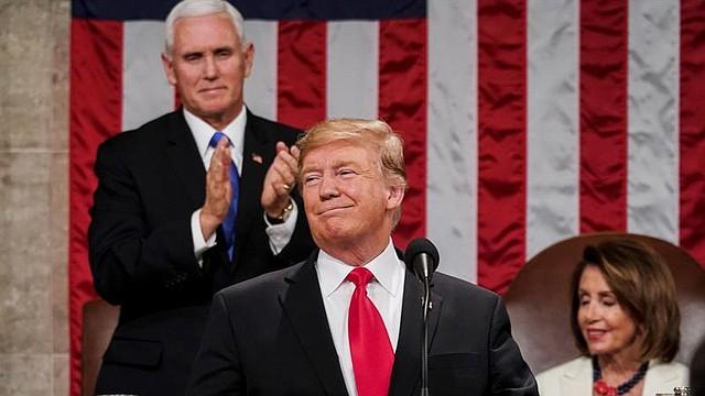 DISCURSO. La congresista Nancy Pelosi y el VP Mike Pence escuchan al presidente Donald Trump en el Estado de la Unión