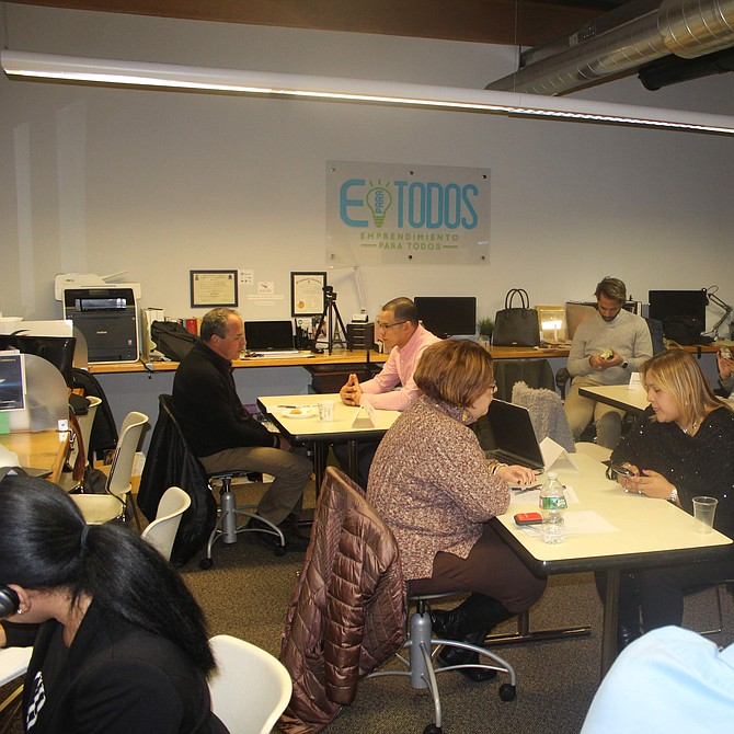 Participantes en la actividad con los mentores designados