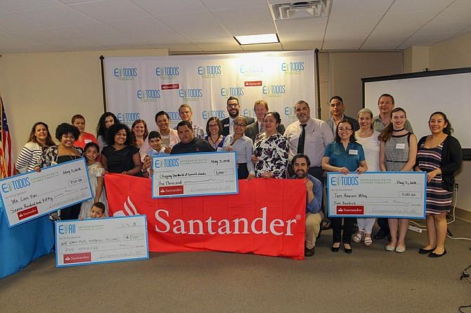 """Ganadores del programa de EparaTodos, """"Lanza Tu Idea"""", en colaboración con Santander Bank. Los participantes de este proyecto tienen la oportunidad de ganarse $1,000, $750 y $500 para invertirlos en su negocio."""