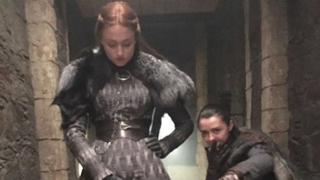 SHOW. Sophie Turner y Maisie Williams revelaron a sus fanáticos que solían besarse en el set de Game of Thrones para confundir a sus compañeros