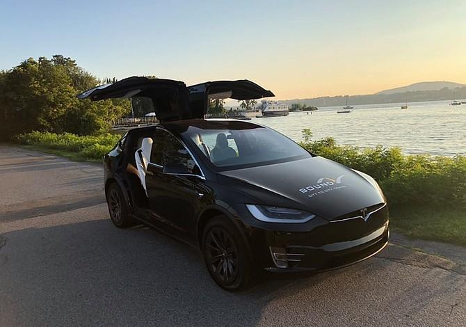 Compañía ofrece viajes de Boston a Nueva York en un auto futurista de la marca Tesla