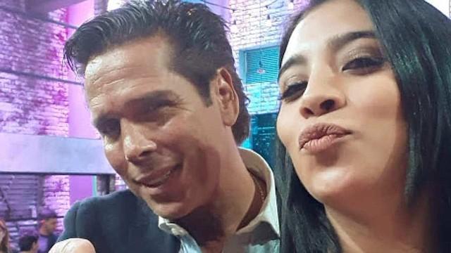"""Fátima junto al actor mexicano Roberto Palazuelo en el set de """"D Generaciones""""."""