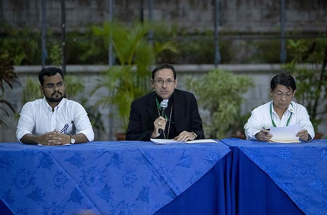 POLÍTICA. El líder universitario y miembro de la Alianza Cívica por la Democracia y la Justicia Max Jerez (i), el nuncio apostólico Waldemar Stanislaw (c), y el canciller de Nicaragua Denis Moncada (d).