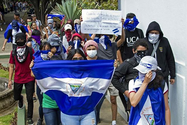 PROTESTA. Estudiantes de la Universidad Centroamericana protestaron el viernes 1 de marzo dentro de la sede educativa en Managua, en contra de Ortega, a pesar de estar prohibidas las manifestaciones.