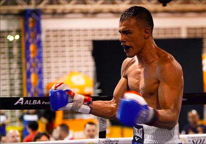 Boxeador salvadoreño fue contratado por una promotora para buscar un título mundial