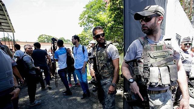 SAO PAULO, BRASIL - Miembros de la Policía montan guardia en una escuela tras un tiroteo, este miércoles, en la región metropolitana de Sao Paulo (Brasil). El número de muertos en el tiroteo en una escuela de Suzano, en la región metropolitana de Sao Paulo, subió a diez y el de heridos se situó también en diez, informaron este miércoles las autoridades brasileñas en un balance provisional.