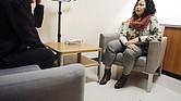 La consejera de salud mental Zona Keo habla con un cliente en una clínica dental de Asian Health Services en Oakland.