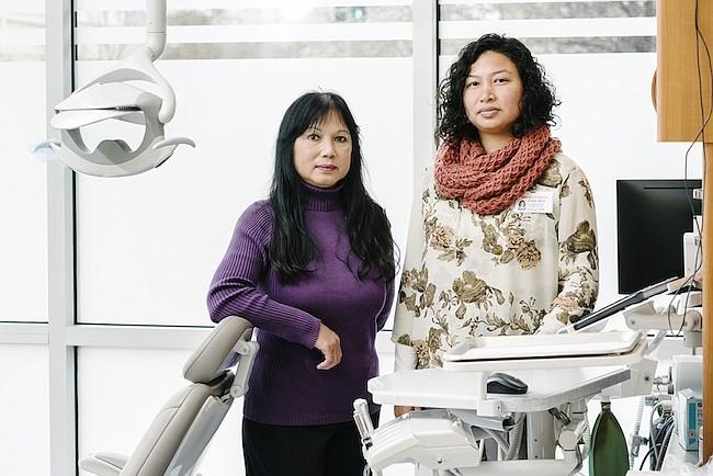 La dentista Huong Le (izq.) alistó a Zona Keo, trabajadora social y profesional de salud mental, para ayudar a los pacientes que expresan sentimientos de soledad e incluso pensamientos suicidas durante las visitas al dentista