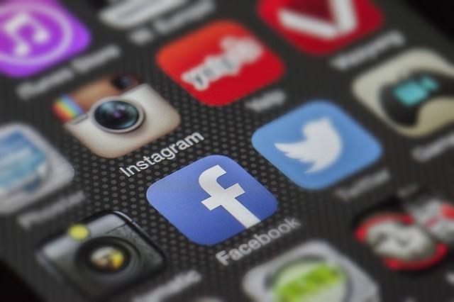 REDES SOCIALES. Foto de los iconos de Instagram y Facebook en un teléfono celular
