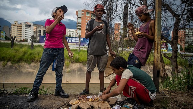 CRISIS. Young venezuelans eats from garbage