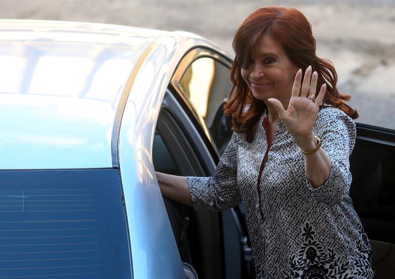 ARGENTINA. Fotografía de archivo fechada el 25 de febrero de 2019 que muestra a la expresidenta de Argentina Cristina Fernández a su salida de un tribunal en Buenos Aires