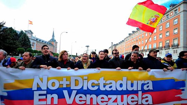 MUNDO. Miembros de la comunidad venezolana en España durante una manifestación en contra de Maduro