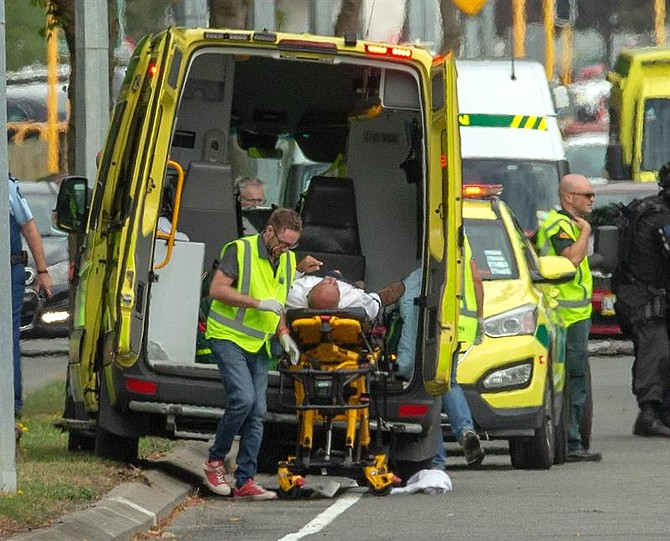 MUNDO. Un herido es trasladado en ambulancia tras el tiroteo perpetrado este viernes en dos mezquitas en la ciudad de Christchurch, Nueva Zelanda