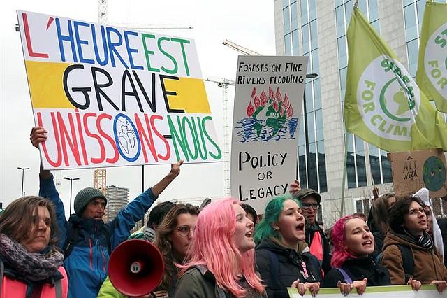 BRUSELAS. Cerca de 30.000 personas se han manifestado este viernes en Bruselas contra el cambio climático en el marco de las manifestaciones internacionales que se están celebrando en más de 1.800 ciudades del mundo por la convocatoria de Friday For Future de una movilización estudiantil contra el calentamiento global