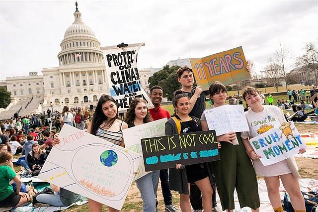 """ESTADOS UNIDOS. Jóvenes participan en la huelga escolar convocada por el movimiento """"Jóvenes por el Clima"""" en todo el mundo para exigir a los políticos que adopten medidas en la lucha contra el cambio climático, este viernes en Washington"""