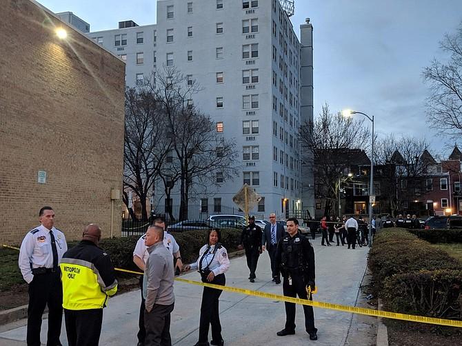 El jefe de policía de D.C. Peter Newsham habla con los oficiales de policía del 3er Distrito que investigan un tiroteo el 14 de marzo de 2019 en Columbia Heights Village, en el noroeste de Washington.