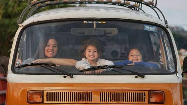 """PASEO. Estas furgonetas son conocidas popularmente como combis y son muy atractivas, algo que han comprobado los Escalante: """"Cuando vas en el camino la gente te sonríe, los niños te saludan. Te das cuenta que vas viajando en un carro que tiene su propia vida, porque saca sonrisas""""."""