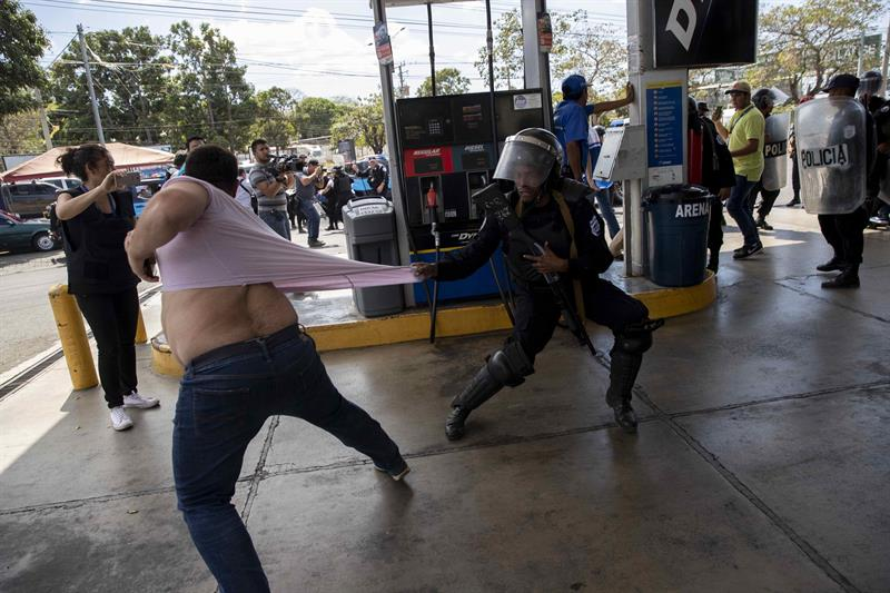 NICARAGUA. Miembros de la Policía Nacional intentan detener al reportero gráfico Luis Sequeira, de la agencia AFP, durante una manifestación contra el Gobierno de Daniel Ortega este sábado, en Managua
