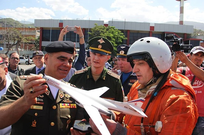 VENEZUELA. El ministro de la Defensa, general en jefe Vladimir Padrino López junto a pilotos rusos