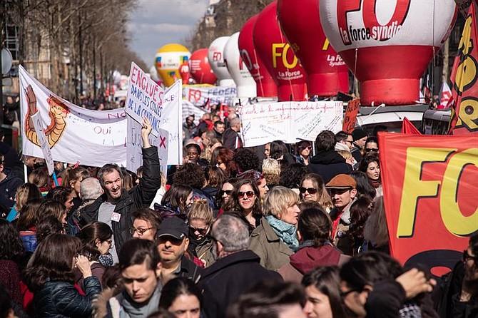 PROTESTA. Además de la marcha en la capital, que discurrió sin incidentes, se organizaron unos 150 por todo el país en una jornada a la que también se sumaron otras centrales menores, como Solidarios, y sectoriales como FSU (de enseñantes) o Unef y UNL, de estudiantes.