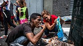 HAMBRE. Venezolanos alimentándose de comida de la basura