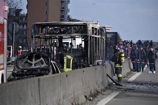 """ACCIDENTE. En algún momento del trayecto, el hombre hizo bajar a parte de los alumnos del autobús en medio de la carretera y comenzó a esparcir gasolina en el vehículo, para después prender fuego con la intención de """"vengar a los muertos en el mar"""" y de suicidarse."""