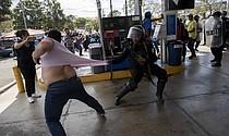 REPRESIÓN. Miembros de la Policía Nacional de Nicaragua intentaron detener al reportero gráfico Luis Sequeira, de la agencia AFP, durante la manifestación del sábado 16 de marzo en Managua. | EFE/Jorge Torres