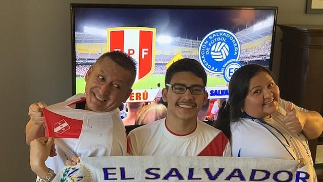 RIVALES. (De izq. a der.) El peruano Alexandro Cruz, su hijo Jefferson y su esposa Yessenia Espinal de El Salvador, están a la expectativa del partido.