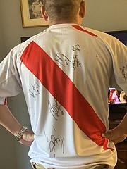 HINCHA. Alexandro Cruz con una camiseta firmada por los jugadores peruanos en el encuentro de 2016.