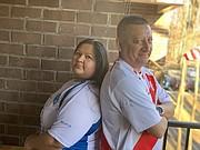 """DUELO. Yessenia Espinal le dice a su esposo Alexandro Cruz que """"si gana Perú, duerme en la calle""""."""