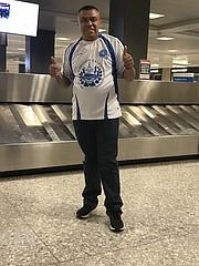 VISITANTE.  Luis Castro, de San Miguel, llegó a Virginia el lunes 18 y posó con su camiseta de La Selecta.