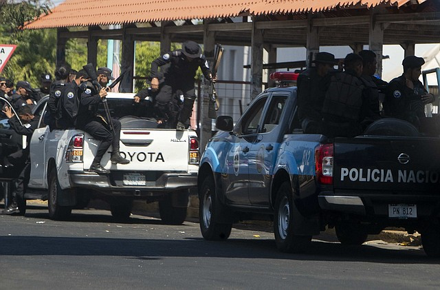 MANAGUA. Policías patrullan las principales avenidas de la capital de Nicaragua el domingo 17 de marzo para reprimir protestas.