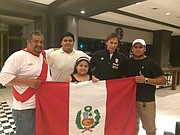 La familia Zúñiga Mendonza, de Woodbridge, con el entrenador peruano Ricardo Careca (der.) en 2016.