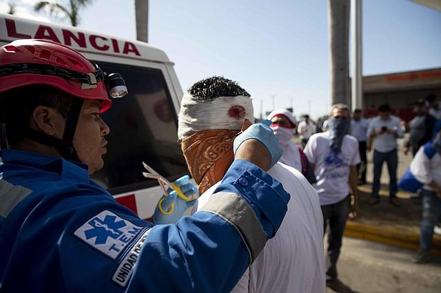 REPRESIÓN. Un manifestante es atendido por la Cruz Roja tras recibir un disparo de bala de goma en la cabeza, el sábado 16 de marzo en Managua.