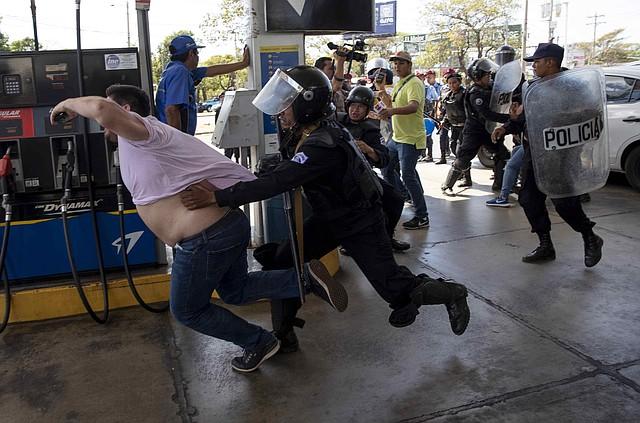 REPRESIÓN. Miembros de la Policía Nacional de Nicaragua intentaron detener al reportero gráfico Luis Sequeira, de la agencia AFP, durante la manifestación del sábado 16 de marzo en Managua.