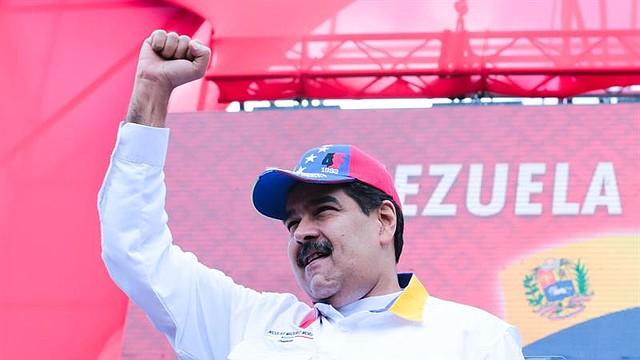"""VENEZUELA. Fotografía cedida por Prensa Miraflores de Nicolás Maduro, este sábado mientras recibe la marcha """"antiimperialista"""" de simpatizantes en el Palacio de Miraflores"""
