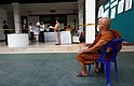 Tailandia - A Thai Buddhist monk and Thai citizens observe Thai electoral officials filling results during ballot counting after voting closed in the general election, at a polling station in a temple in Chiang Mai province, northern Thailand, 24 March 2019.