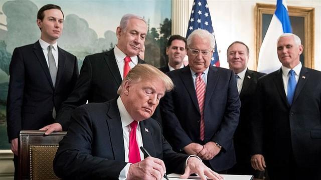 WASHINGTON. El presidente estadounidense, Donald trump (c), firma un decreto ante la mirada del primer ministro israelí, Benjamin Netanyahu (centro detrás), este lunes en la Casa Blanca