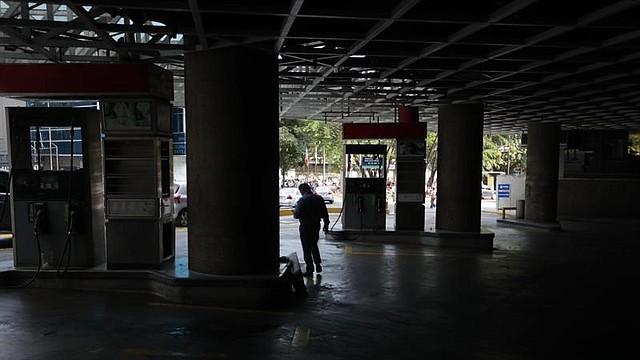 COLAPSO. El servicio del metro de Caracas estuvo inoperativo hasta las 5 de la tarde. Mientras no funcionaba, las autoridades habilitaron rutas del bus caracas, pero aún así, se hizo normal ver a las personas transitar por las calles con la intención de llegar a su lugar de destino.