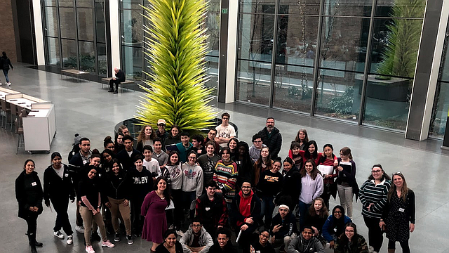 Estudiantes de la Academia Margarita Muñiz en una visita guiada al Museo de Bellas Artes de Boston (MFA)
