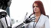 TECNOLOGÍA. Foto de referencia de un robot frente a una profesional de la salud