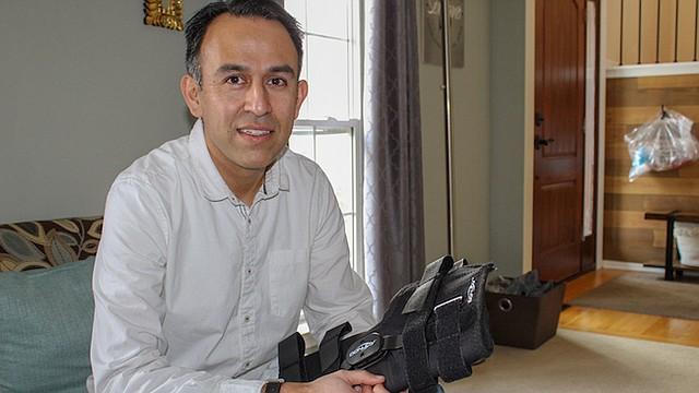 Después de una lesión jugando fútbol, Esteban Serrano tuvo que pagar $829.41 por una rodillera comprada con seguro en el consultorio del ortopedista. El mismo tipo de rodilleras se puede conseguir por menos de $250 en internet.