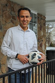 Esteban Serrano jugaba fútbol cuando niño en Quito, Ecuador, y mantuvo la tradición desde que se mudó a los Estados Unidos hace dos décadas.
