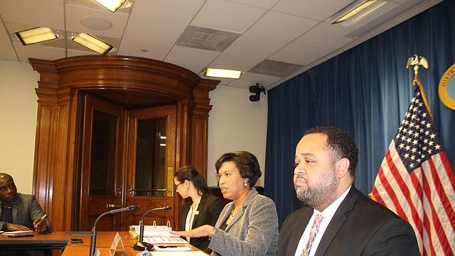 VIVIENDA. Muriel Bowser, alcaldesa de DC (centro), durante una rueda de prensa dijo que este es el tiempo para priorizar la vivienda accesible para la población de bajos ingresos. FOTO: Olga Imbaquingo - ETL