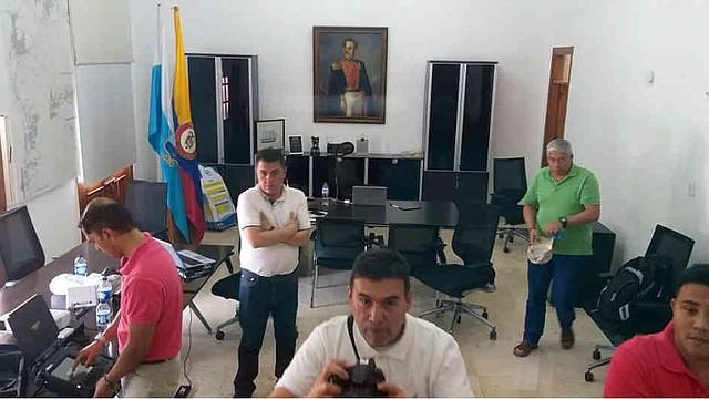 A la izquierda puede verse uno de los equipos presuntamente analizados. El asesor del alcalde (e) Rugeles, Emir Castro, está en la esquina inferior derecha.