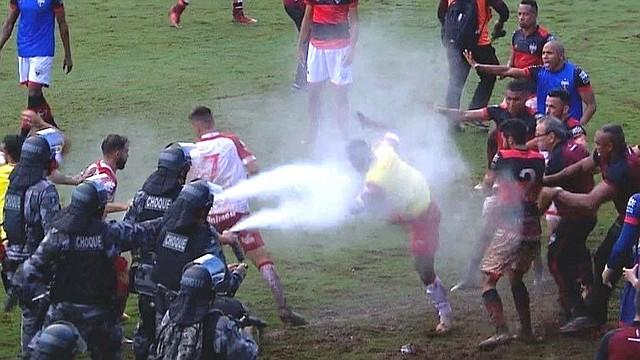 DEPORTES. Imagen de la respuesta policial al ataque entre jugadores.