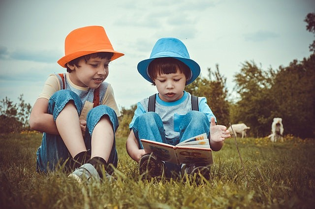 Nueva traducción al español del galardonado libro para niños que promueve las habilidades científicas y de lectura en niños que están aprendiendo inglés