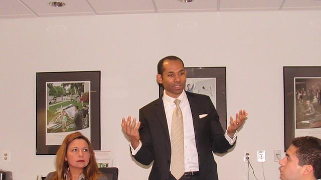 NEGOCIOS. El emprendedor y autor Jonathan D'Oleo se dirige a un grupo de empresarios el jueves 28 de marzo en la VHCC. A su izquierda, escucha la delegada estatal Elizabeth Guzmán.