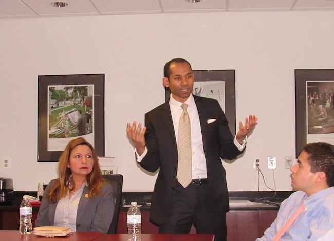 VA: Capacitan a negocios hispanos