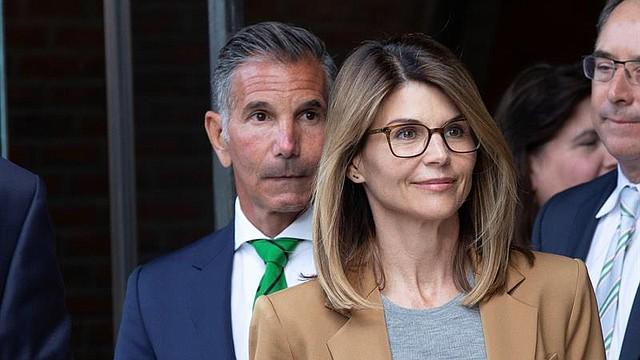 SHOW. La actriz estadounidense Lori Loughlin y su esposo, Mossimo Giannulli, salen de la Corte Federal John J Moakley tras enfrentar cargos relacionados con el escándalo de sobornos para admisiones en universidades a nivel nacional